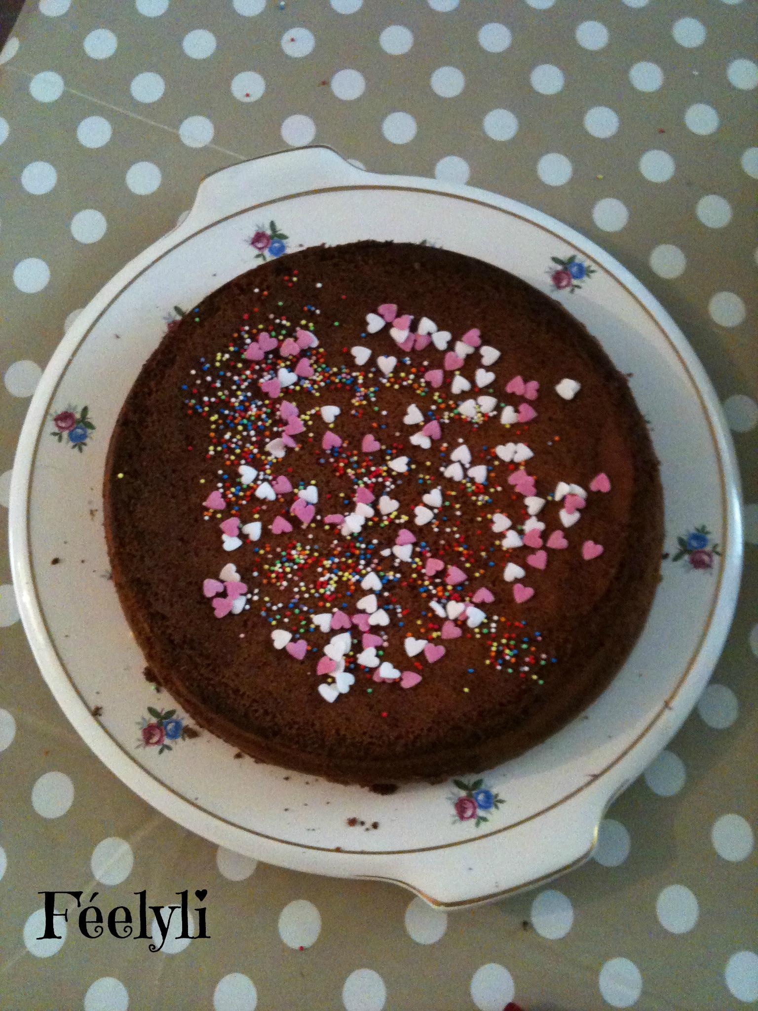 gâteau au chocolat décorés avec des coeurs en sucre